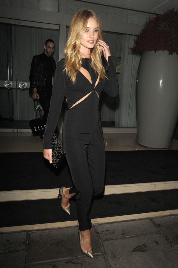 Rosie Huntington Whiteley mono negro