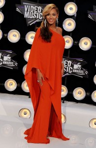 Beyonce-wore-red-VMA-red-carpet